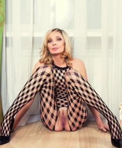 Хорошенькая блондинка с прелестной фигурой ищет мужчину для секса